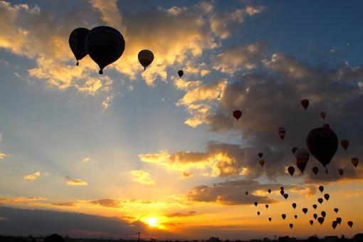 熱気球と朝焼け