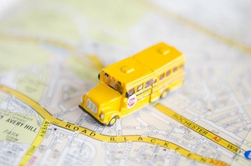 スクールバスと地図
